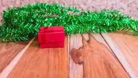Decorações vermelhas da caixa de presente para o Natal, o ano novo e o Valentim Imagens de Stock