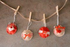 Decorações vermelhas do Natal no feltro fotos de stock