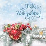 Decorações vermelhas do Natal no fundo neutro do inverno fotografia de stock