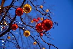 Decorações vermelhas e amarelas da árvore de Novo-ano Fotos de Stock Royalty Free