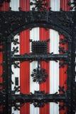 Decorações vermelhas e brancas nas portas e nos obturadores da janela de De Haar Castle Imagem de Stock Royalty Free