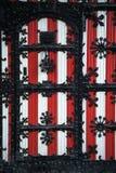 Decorações vermelhas e brancas nas portas e nos obturadores da janela de De Haar Castle Foto de Stock Royalty Free