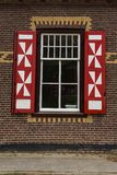 Decorações vermelhas e brancas nas portas e nos obturadores da janela de De Haar Castle Fotografia de Stock Royalty Free