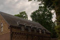Decorações vermelhas e brancas nas portas e nos obturadores da janela de De Haar Castle Imagem de Stock