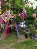 Decorações vibrantes do verão em uma árvore Foto de Stock