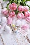 Decora??o da P?scoa com ovos pintados e as tulipas cor-de-rosa imagens de stock
