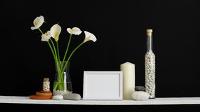 Decora??o moderna da sala com caixa Prateleira contra a parede preta com cacto, vidro e as rochas decorativos Tulipas e calla no  vídeos de arquivo