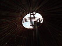 Decora??o tradicional nacional do teto e das paredes do Mongolian Yurt O vintage tece testes padr?es A decora??o do Yurt fotografia de stock royalty free