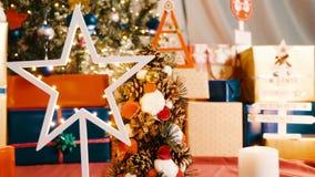Decoración, árbol y guirnaldas de la Navidad en casa almacen de video