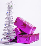 Decoración aislada, fondo blanco para los saludos de la postal, diseño de la Navidad del juguete en la macro del árbol, elegante  Fotos de archivo libres de regalías
