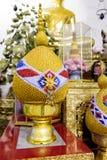 Decoración al lado de la estatua Buda de oro grande, templo público de Wat Pho, Bangkok, Tailandia Foto de archivo libre de regalías