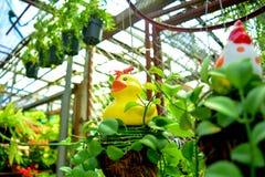 Decoración amarilla del pato en el jardín Imagenes de archivo