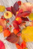 Decoración anaranjada, roja y amarilla de la tabla imágenes de archivo libres de regalías