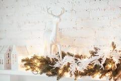 Decoración ardiente de la linterna y de la Navidad en el fondo blanco Árbol de Navidad Casa del candelero Imágenes de archivo libres de regalías