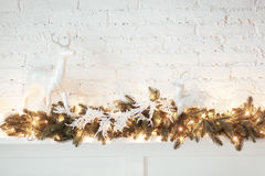 Decoración ardiente de la linterna y de la Navidad en el fondo blanco Árbol de Navidad Casa del candelero Cama con la almohada Imagenes de archivo