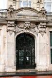 Decoración arquitectónica de la fachada de la casa vieja en Budap Fotografía de archivo