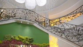 Decoración arquitectónica en el pasillo de un hotel de cinco estrellas en Kranevo, Bulgaria almacen de metraje de vídeo