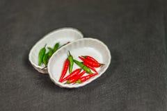 Decoración artística con pequeñas pimientas rojas y verdes frescas en TW Fotografía de archivo libre de regalías