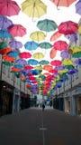 Decoración artística de la calle con los paraguas en el baño, Reino Unido Foto de archivo