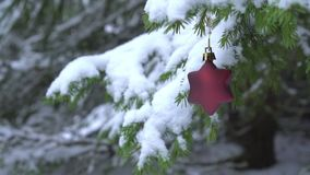 Decoración asteroide de la Navidad que balancea en árbol de abeto nevoso almacen de metraje de vídeo