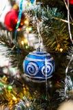 Decoración azul de la bola de la Navidad en la rama de árbol de abeto Fotos de archivo libres de regalías
