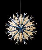 Decoración azul de la Navidad de la estrella de la paja sobre negro Fotos de archivo