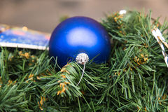 Decoración azul de la Navidad en el árbol de abeto Fotografía de archivo libre de regalías