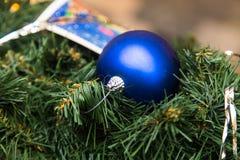 Decoración azul de la Navidad en el árbol de abeto Imágenes de archivo libres de regalías