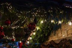 decoración azul de la Navidad de la hora en un mercado de Navidad del advenimiento en histo Imagenes de archivo