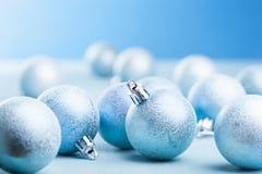Decoración azul de las bolas de la Navidad Imagenes de archivo