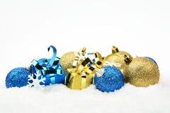 Decoración azul y de oro de la Navidad en nieve en línea Foto de archivo libre de regalías