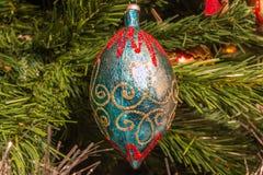 Decoración azul y de oro del vintage de la bola en el árbol de navidad Fotos de archivo libres de regalías