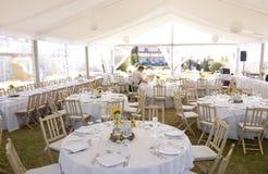 Decoración blanca con los girasoles, banquete de boda, evento de los manteles imágenes de archivo libres de regalías