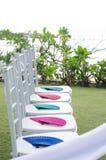 Decoración blanca de la silla en la boda en la playa Imágenes de archivo libres de regalías
