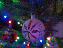 Decoración blanca en árbol imagen de archivo libre de regalías