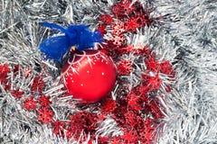 Decoración, bola y cinta de la Navidad en el fondo de plata de la malla Fotos de archivo libres de regalías