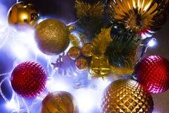 Decoración, bolas, luces en el Año Nuevo, la Navidad Foto de archivo
