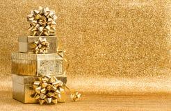 Decoración brillante de los días de fiesta del fondo de los regalos del arco de oro de la cinta Imagenes de archivo