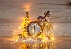 Decoración brillante del ` s del Año Nuevo en un fondo de madera Imagenes de archivo