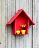 Decoración - casa roja y taza amarilla fotografía de archivo libre de regalías