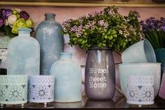 Decoración casera azul de los floreros decorativos imagen de archivo