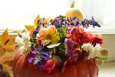 Decoración casera de la caída y de la acción de gracias de la pieza central de la calabaza y de la flor Fotografía de archivo libre de regalías