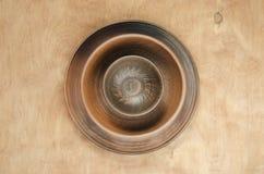 Decoración casera de la cocina: las placas de cerámica en un fondo de madera Visión superior Estilo rústico fotografía de archivo libre de regalías