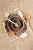 Decoración casera de la cocina: las placas de cerámica y la cuchara de madera en un fondo de madera Visión superior Estilo rústic fotos de archivo