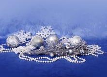 Decoración casera de la Navidad en backround azul Imágenes de archivo libres de regalías