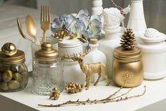 Decoración casera de la Navidad en colores de oro y blancos Imagen de archivo libre de regalías
