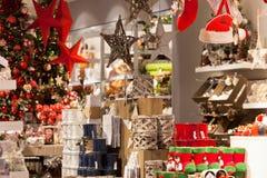Decoración casera de la Navidad en una tienda fotografía de archivo