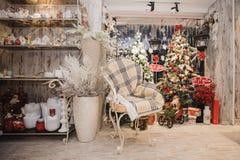 Decoración casera del invierno Interior rústico de la Navidad Imágenes de archivo libres de regalías
