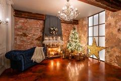 Decoración casera del invierno La Navidad en interior del desván contra la pared de ladrillo Regalos bajo el árbol fotos de archivo libres de regalías