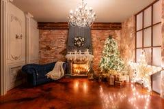 Decoración casera del invierno La Navidad en interior del desván contra la pared de ladrillo Regalos bajo el árbol foto de archivo libre de regalías